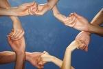 Hände fassen sich an